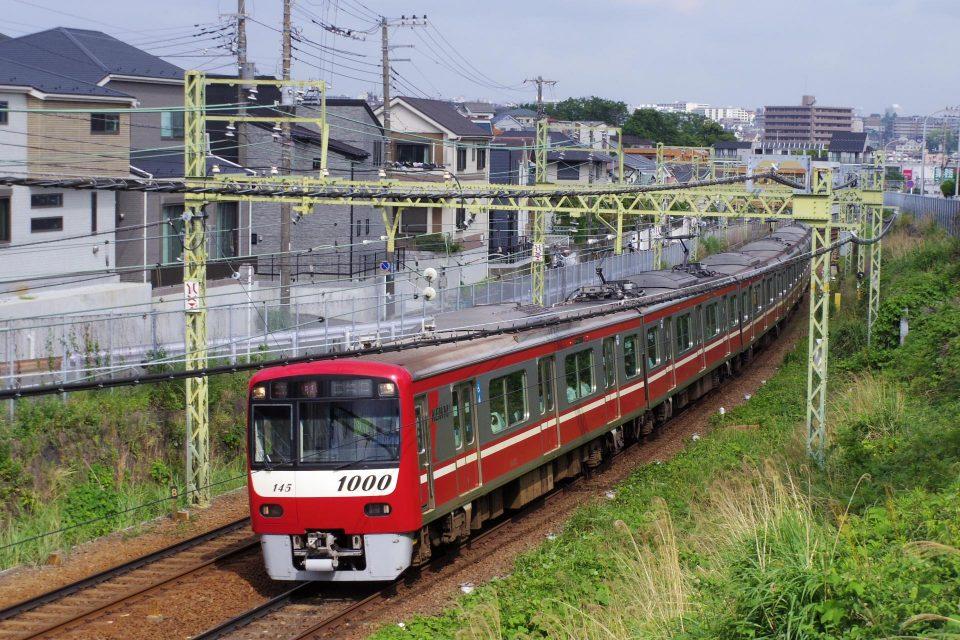 上大岡駅を出て三崎口方面へ向かう京急1000形