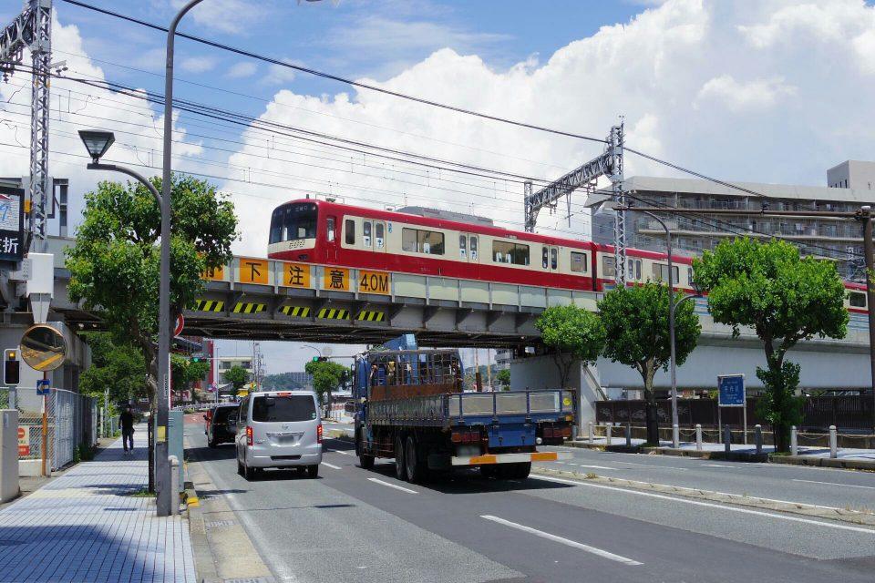 京急久里浜駅に進入する京急600形