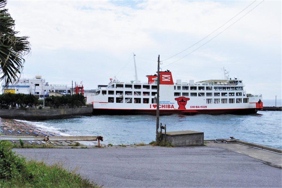 金谷港に着岸したフェリー「しらはま丸」