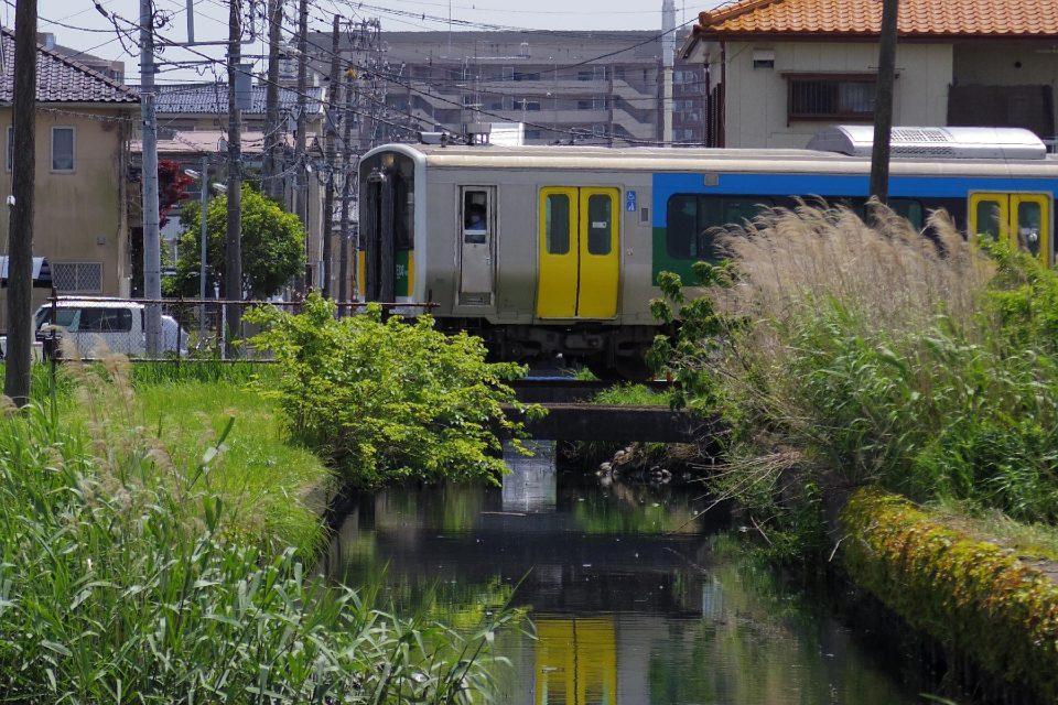 木更津駅を出て水路を渡る久留里線の