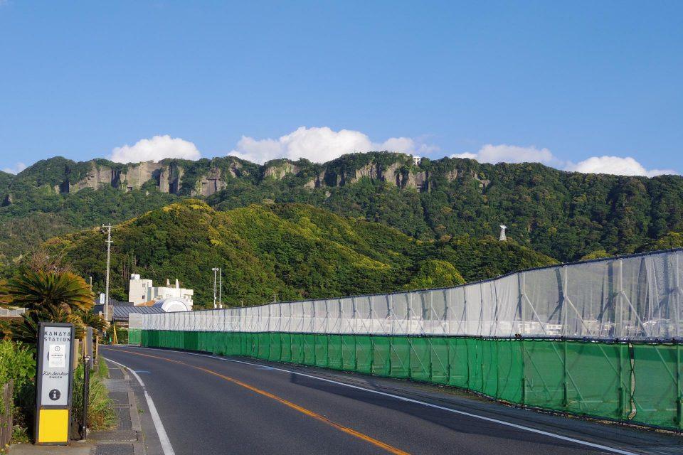 金谷の市街地から見た鋸山