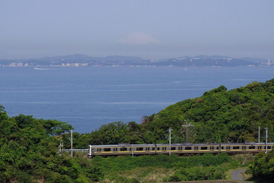 東京湾をバックに走る209系