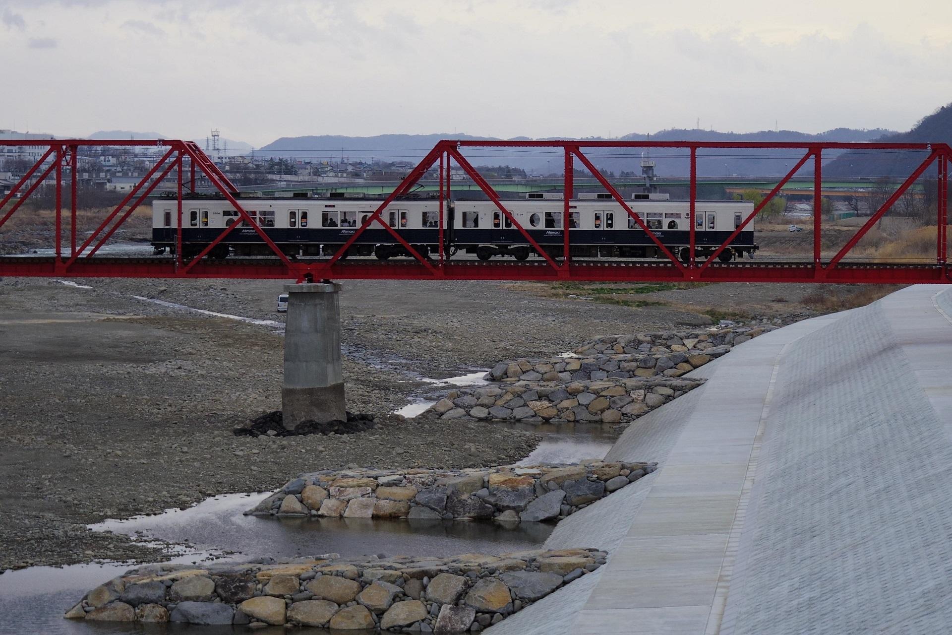千曲川橋梁をわたる1000系「まるまどりーむMimaki号」」
