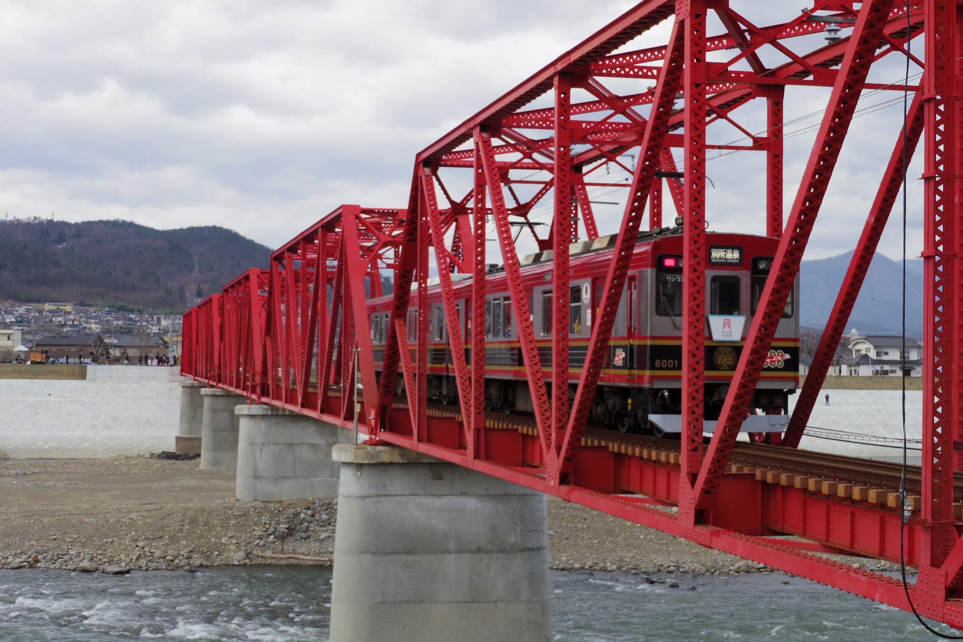 千曲川橋梁にさしかかった6000系「さなだどりーむ号」
