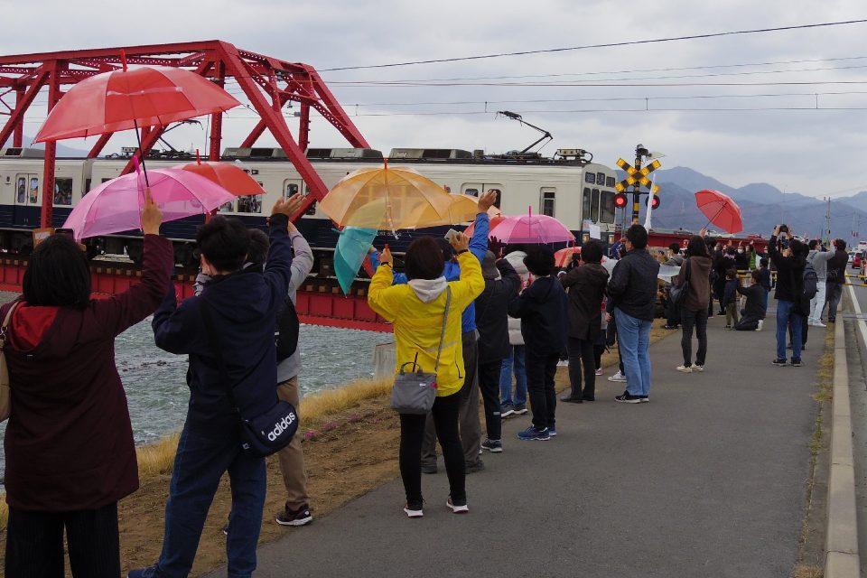 一般の人々も千曲川橋梁復旧をお祝い