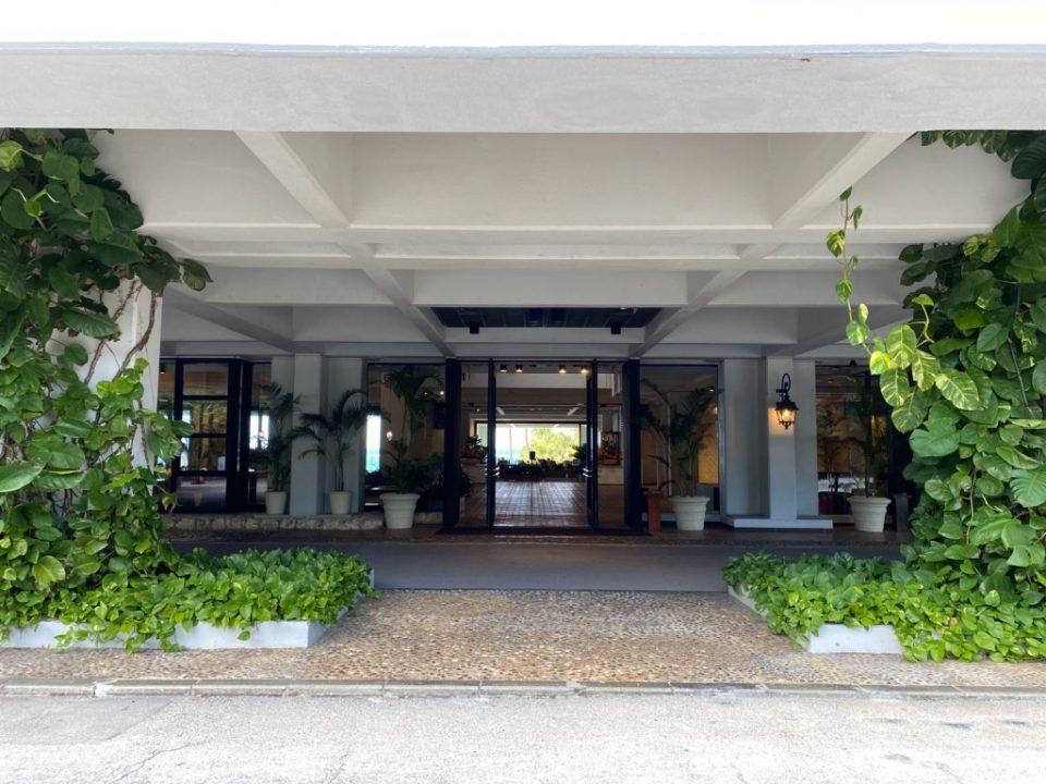 ムーンビーチホテルのエントランス