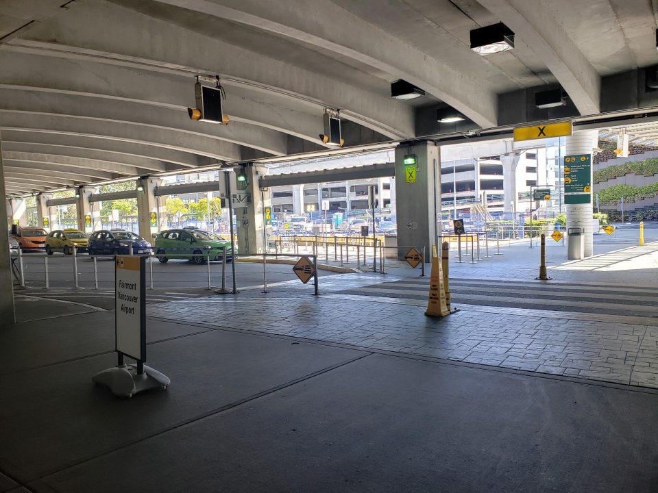 バンクーバー国際空港 タクシー市内 いくら?