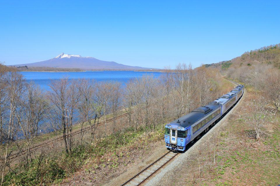 駒ヶ岳の見える小沼沿いを行く特急「北斗」
