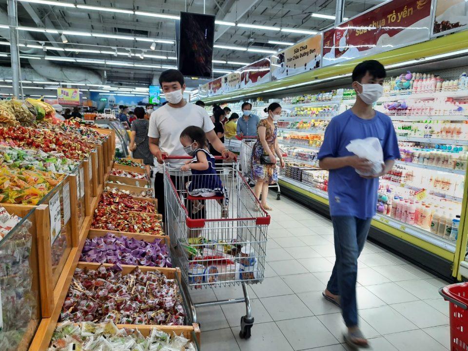 ベトナムのスーパーマーケットの人々の様子です