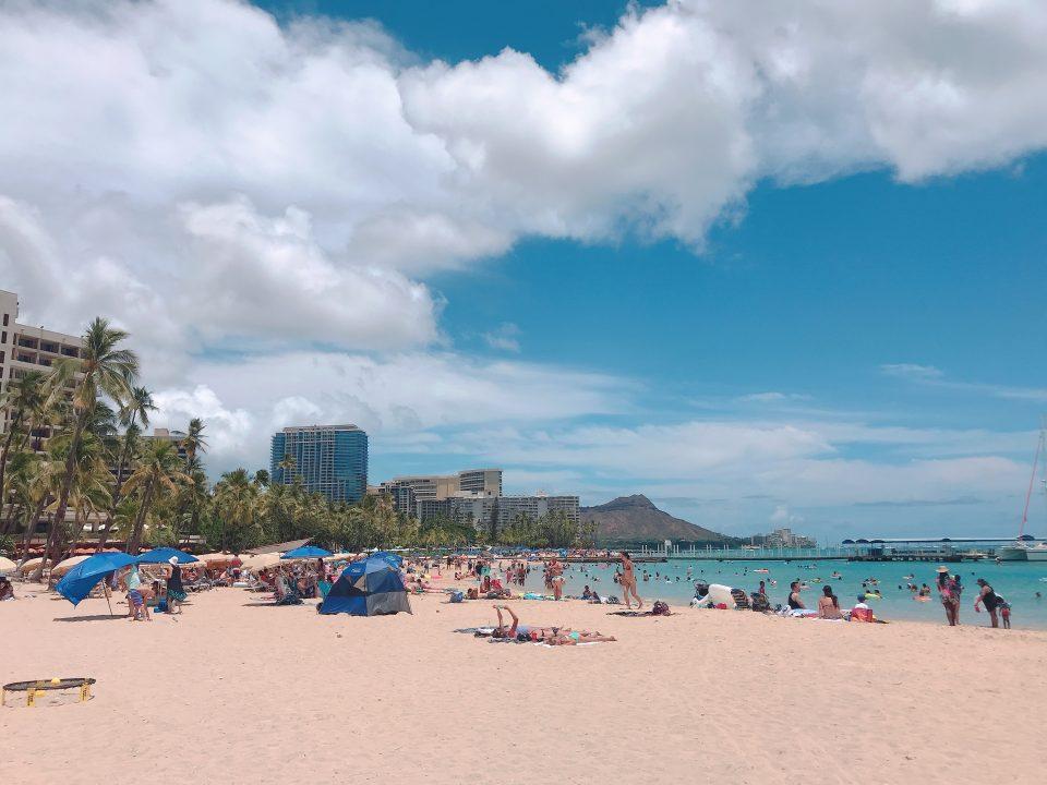ハワイはワクチン接種証明の提示で入国制限解除となってから観光客が押し寄せています。その大部分がアメリカ本土のからの観光客。それは良かったと喜んでいる場合では大混雑です。ホテルのチェックインは大行列、レストランは超満員。あれ?ハワイってこんなに混雑する島だっけ?ハワイ在住ライターが混雑の現場からお届けします。