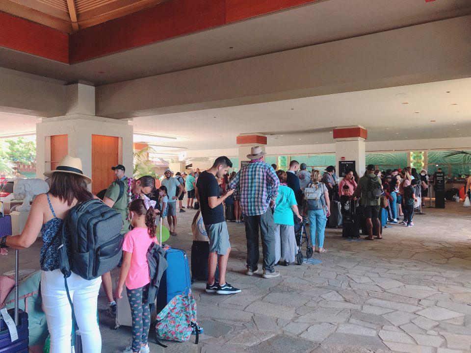 ハワイにコロナ後観光客が押し寄せ大混雑に