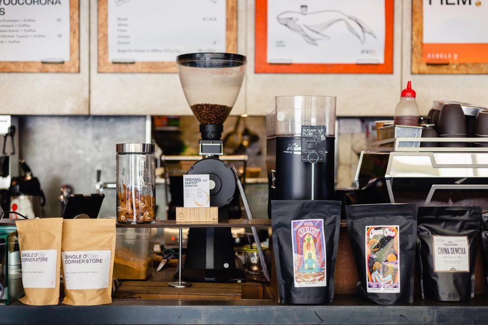 コーヒー豆が並ぶカフェのカウンター