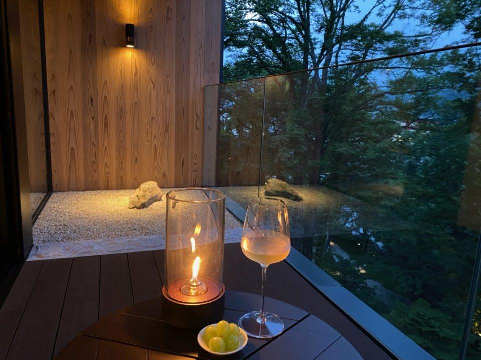 ザ・リッツカールトン日光の夜の客室バルコニー