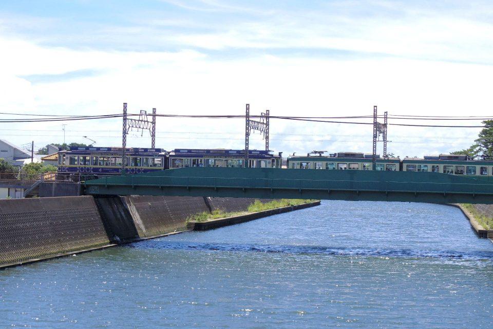 鵠沼駅から境川を渡る鎌倉行き電車
