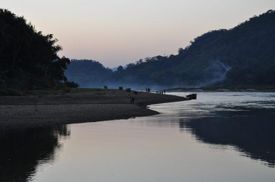 ラオスの川の写真です