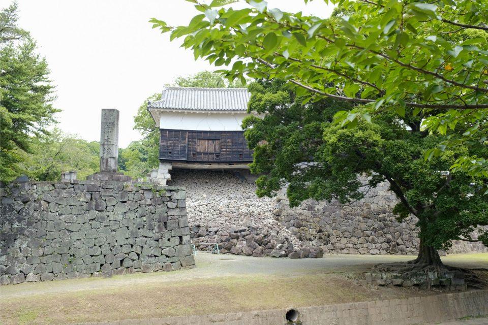 崩壊した石垣の上に佇む櫓