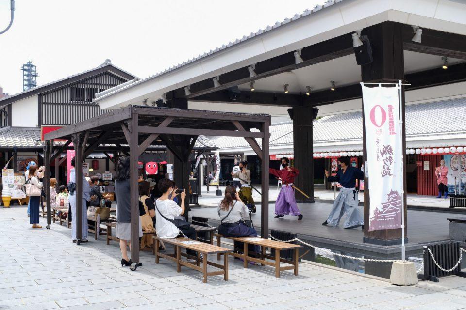 「城彩苑」のステージで熊本城おもてなし武将隊が踊っている様子