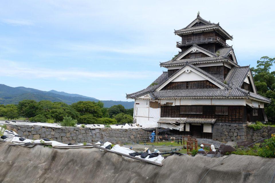 崩壊した石垣と復旧工事が進められている櫓