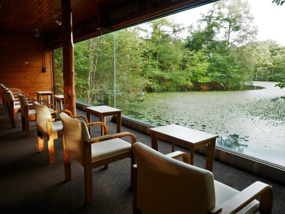 沼を眺める眺望小屋