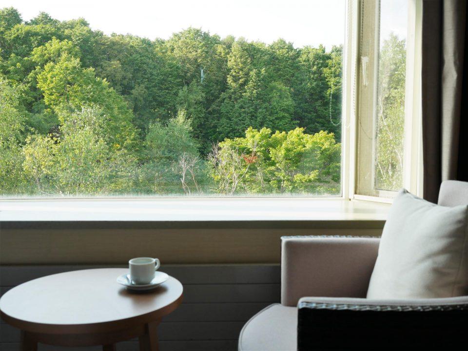 部屋の窓際のソファ